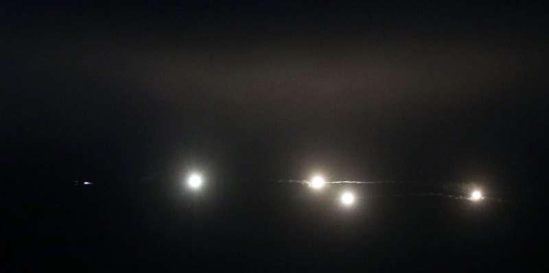 20190117-陸軍十軍團第五作戰區主導的「聯合反登陸作戰」實彈操演17日於台中清水地區「甲南海灘」登場。圖為IDF戰機在黑夜中施放熱焰彈。(蘇仲泓攝)