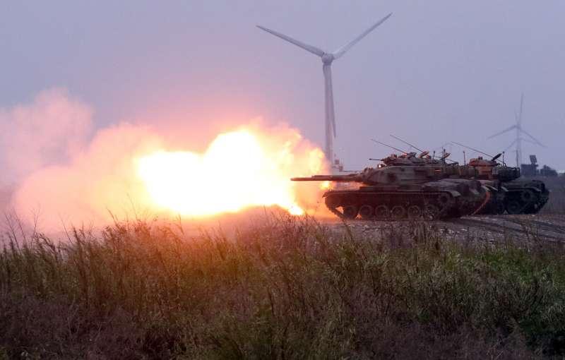 20190117-陸軍十軍團第五作戰區主導的「聯合反登陸作戰」實彈操演17日於台中清水地區「甲南海灘」登場。圖為M60A3戰車擊發戰車砲。(蘇仲泓攝)