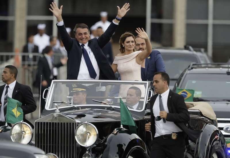 1月1日博索納羅宣誓就職,典禮結束後他和夫人蜜雪兒(Michelle Bolsonaro)向群眾致意。(美聯社)