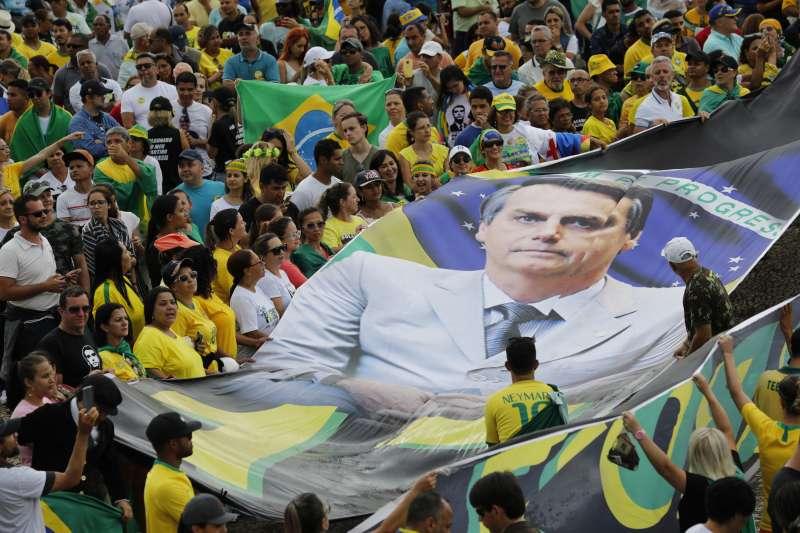 博索納羅1日宣誓就職,支持者製作巨型旗幟上街。(美聯社)