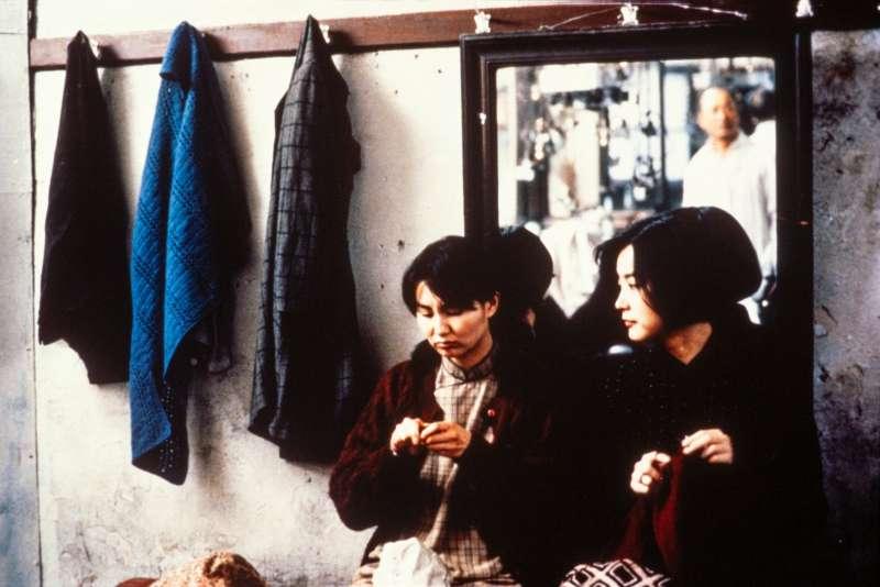 20190118-電影《滾滾紅塵》數位修復版即將於3月8日上映。圖左起為飾演月鳳的張曼玉、飾演沈韶華的林青霞。(甲上娛樂提供)