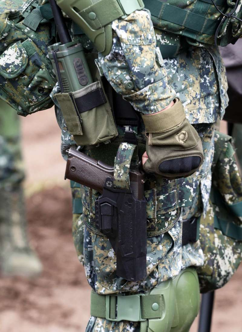 20190118-國軍近年換發新式個人裝備,嶄新的個裝包含槍套,不過去年尚未換發新手槍,官兵仍以老舊的45手槍執行任務,新槍套內插著舊手槍,亦有些突兀。(蘇仲泓攝)