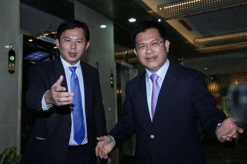 20190118-時代力量立委黃國昌(左)18日與新任交通部長林佳龍(右)交流。(簡必丞攝)
