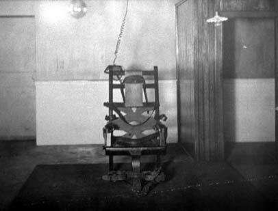作者指出,1890年8月6日,愛迪生發明了歷史上第一把「電椅」,宣稱可以快速且無痛苦地處決死刑犯人,但真正目的仍然是要證明交流電是非常危險的。(資料照,取自維基百科)