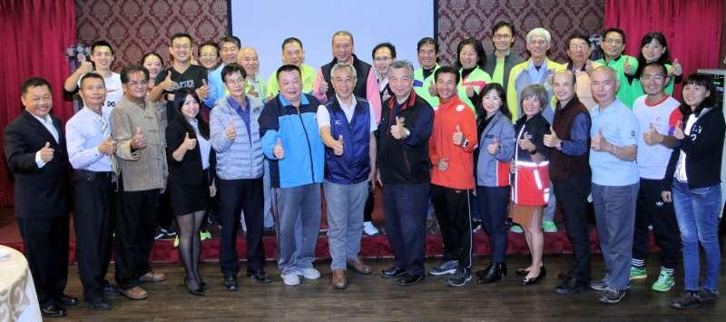 高市府運動發展局長周明鎮感謝高馬公設站18個在地跑團、團體近千名補給志工,過去9年來對高馬的支持與跑者的熱情服務。(圖/徐炳文攝)