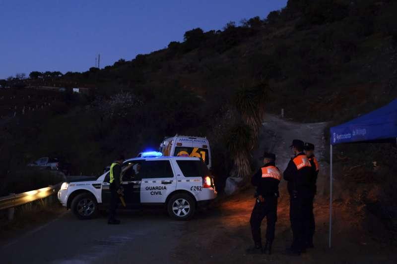 1月14日,西班牙救難人員不分晝夜,全力搶救摔進鑽井裡的2歲男童羅塞洛(美聯社)