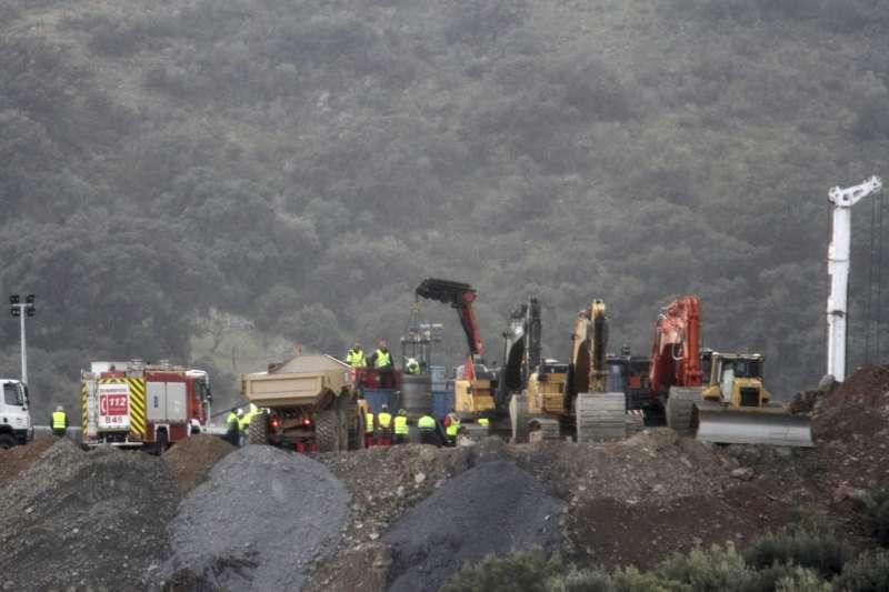 西班牙救難人員正在鑿井,希望能盡早救出2歲男童羅塞洛(美聯社)