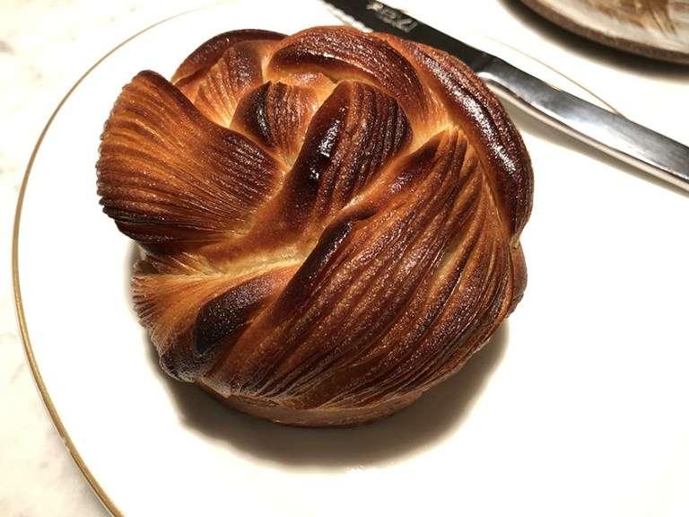 在米其林一星餐廳 Virtus 吃到的這顆 brioche 麵包,令人難忘。美味到讓人劃錯重點,這不是麵包店呀…(圖/作者提供)