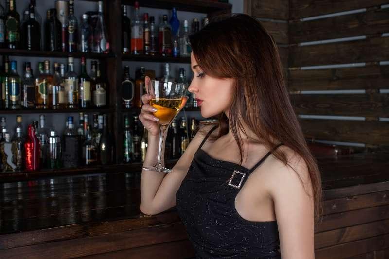 空服員指出,乘客在機上喝酒醉鬧事,是「奧客行為」第一名。(圖/Concord90@Pixabay)
