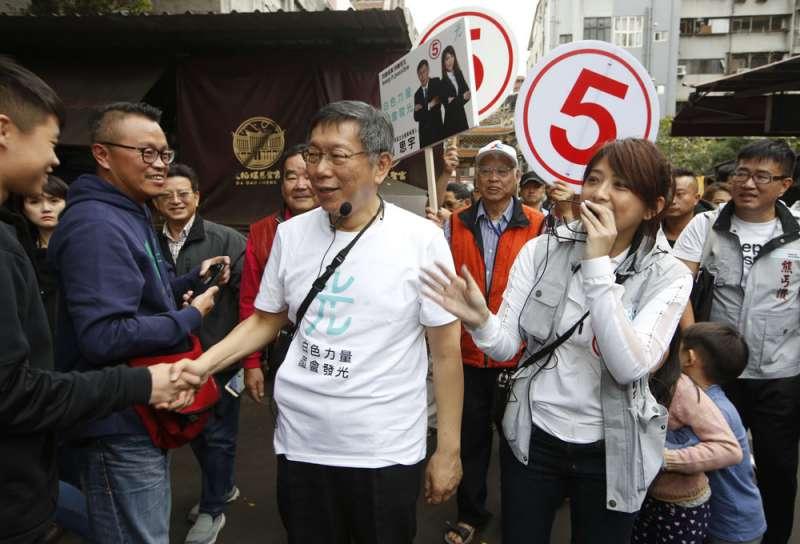 陳思宇(右)聲勢拉不起來,顯示柯文哲(中)的侷限。(郭晉瑋攝)