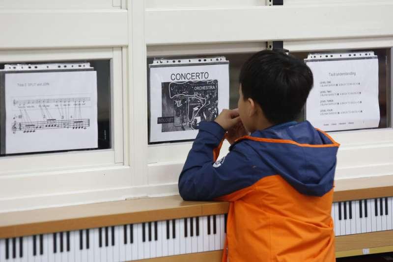 透過音樂等「人類共同語言」讓學童熟悉雙語。(郭晉瑋攝)