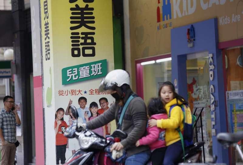 許多家長都會送小朋友去兒童美語班學習美語。(郭晉瑋攝)