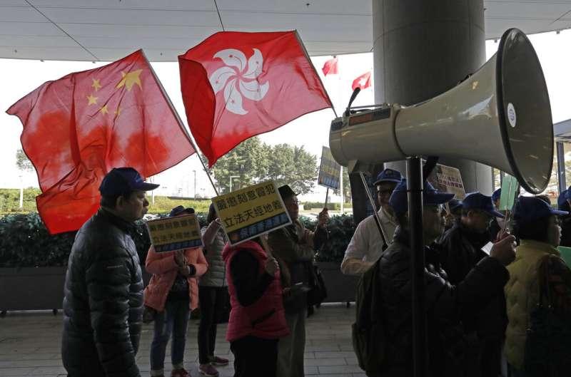 20190123香港政府在23日提交《國歌條例草案》到立法會進行一讀及二讀,建制派民眾聲援政府通過立法。(AP)