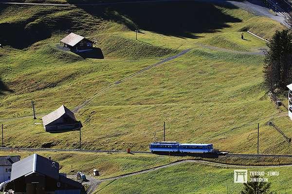 開往阿爾特戈爾道的「阿爾特.瑞吉登山鐵道」,列車行駛在草原之中,相當美麗。(圖/想想論壇)