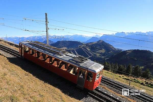 1937年製造的Bhe 2_4型3號電車,至今已有82年歷史,經常成為旅行團包車之用,外觀依然保持「維茨瑙.瑞吉登山鐵道」的紅色塗裝。(圖/想想論壇)