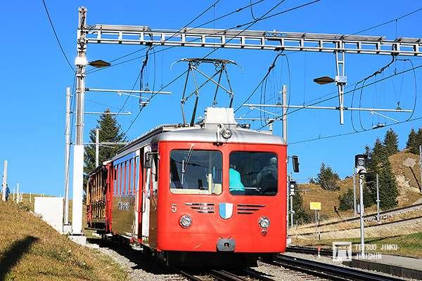 擔任包車的5號電車,後方的客車在夏季則改由蒸機牽引。(圖/想想論壇)