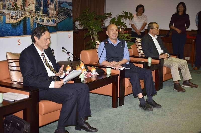 陸委會主委陳明通拜會高雄市長韓國瑜,副市長葉匡時做作陪。(高雄市政府提供)
