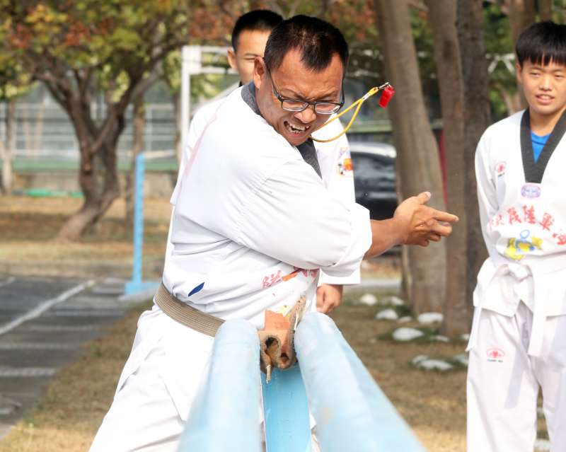 20190123-擔任隊士官督導長的林憲彰,是隊上最資深的教官,平時親力親為示範各種動作,替莒拳隊的後進樹立榜樣。(蘇仲泓攝)