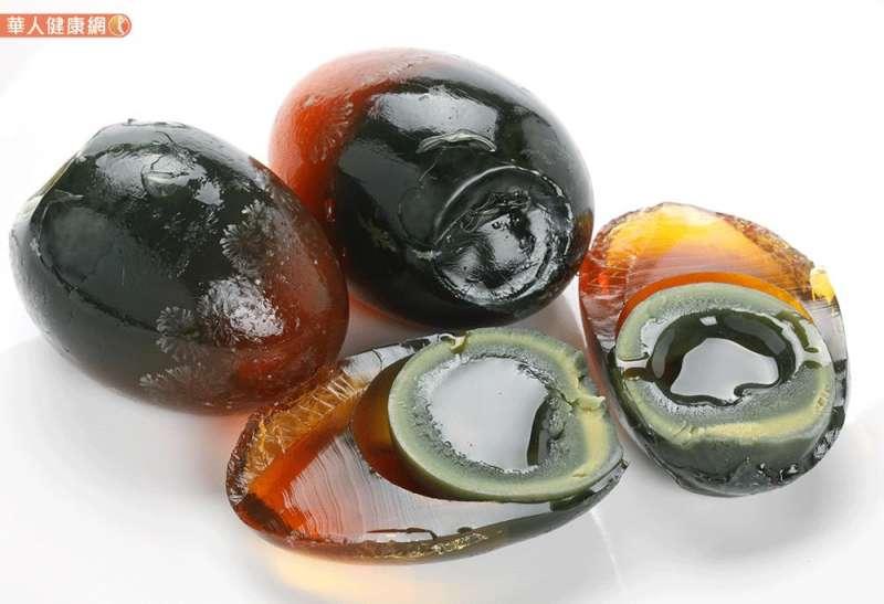 20190124-皮蛋中所含的鉛、銅,只要殘留量不超標,安心吃無妨,但是,顏宗海醫師提醒,皮蛋是醃製加工食品,不能取代一般日常生活中的新鮮蛋品。(圖/華人健康網提供)