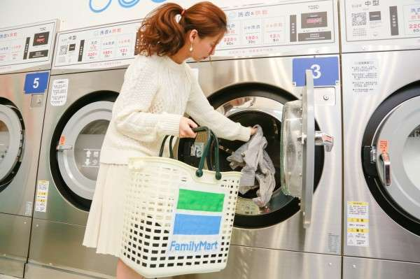 其實日本的全家早造去年就推出結合洗衣服務的複合店,不過仍是傳統投幣式,台灣則是主打智慧化體驗。(圖/ 賀大新,數位時代)