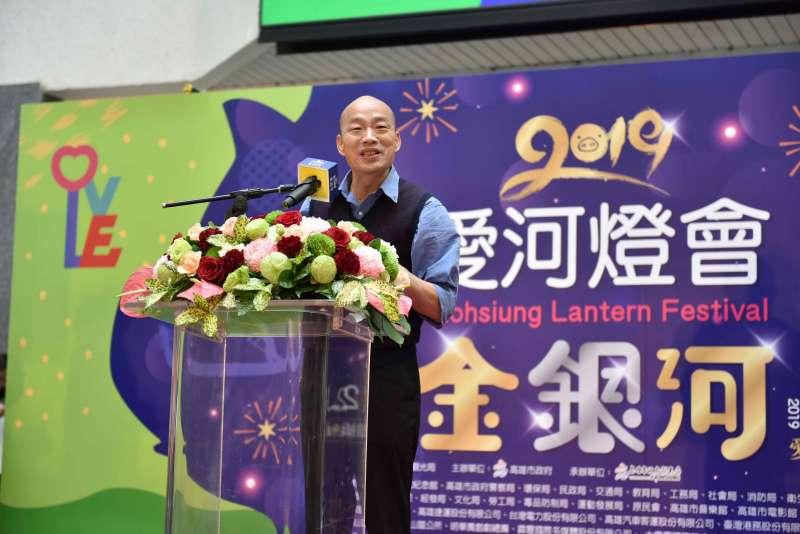 20190125-高雄市長韓國瑜今(25)日出席「與『雄』同行」手機短拍大賽記者會,與10位網紅互動行銷高雄。(高雄市政府提供)