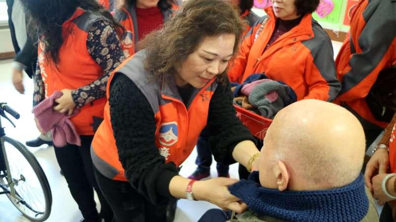 志工親手編織的圍巾,由志工為老人家親手圍上,感受寒冬中的溫馨。(圖/金門縣府提供)