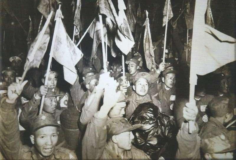 1954年(民國43年)1月27日,義士們由韓國搭船返抵基隆港,圖片來源:《抉擇──一萬四千名反共義士(輔導會/103.01.23出版/勒巴克顧問公司承印)》,作者賈忠偉提供