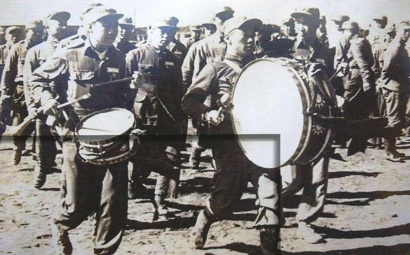 1953年(民國42年)左右,義士步出南韓的義士村,圖片來源:《抉擇──一萬四千名反共義士(輔導會/103.01.23出版/勒巴克顧問公司承印)》,作者賈忠偉提供