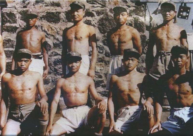 1953年(民國42年)義士們於南韓濟州島留影2,圖片來源:《抉擇──一萬四千名反共義士(輔導會/103.01.23出版/勒巴克顧問公司承印)》,作者賈忠偉提供