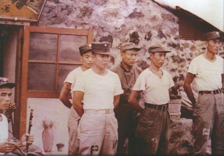 1953年(民國42年)義士們於南韓濟州島留影1,圖片來源:《抉擇──一萬四千名反共義士(輔導會/103.01.23出版/勒巴克顧問公司承印)》,作者賈忠偉提供
