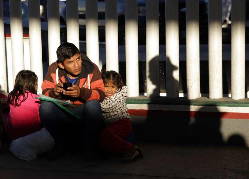 美國與墨西哥邊境,墨西哥難民與孩童尋求庇護。(AP)