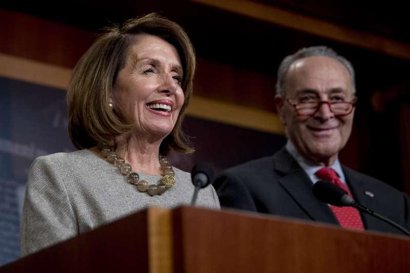 2019年1月25日,美國總統川普宣布政府關門鬧劇落幕,民主黨國會領袖裴洛西(左)與舒默發表談話(AP)
