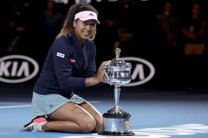 大坂直美在澳網女單決賽以7比6(2)、5比7、6比4擊敗了克薇托娃,拿下生涯首座澳網冠軍。 (美聯社)