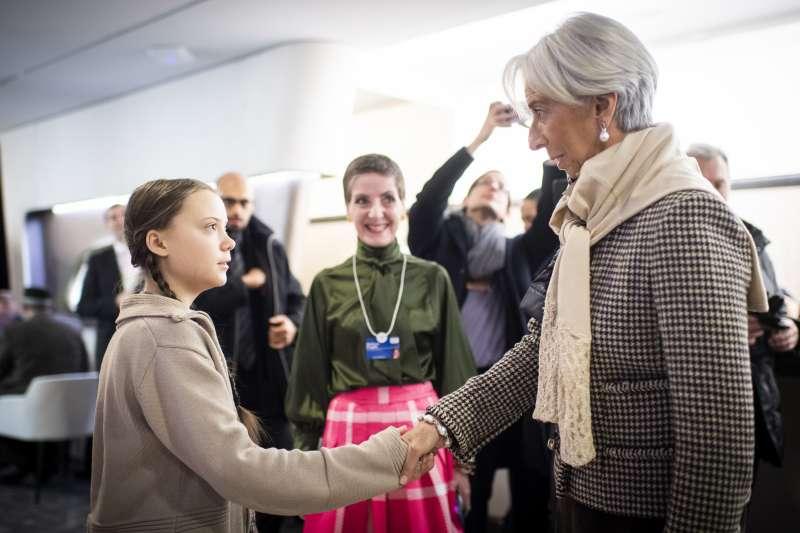 瑞典少女桑伯格(Greta Thunberg,左)與國際貨幣基金組織(IMF)總幹事拉加德( ChristineLagarde)在世界經濟論壇會場握手致意。(美聯社)