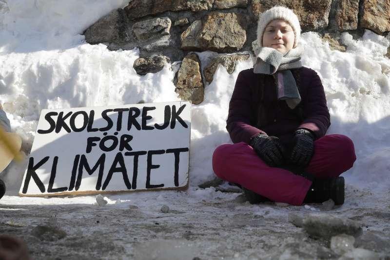 瑞典少女桑伯格(Greta Thunberg)在世界經濟論壇會場外舉牌抗議。(美聯社)
