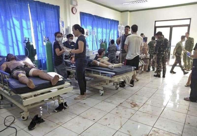 菲律賓南部蘇祿省霍洛島天主教聖母聖衣堂27日發生連環爆炸,傷者被緊急送到醫院治療(美聯社)