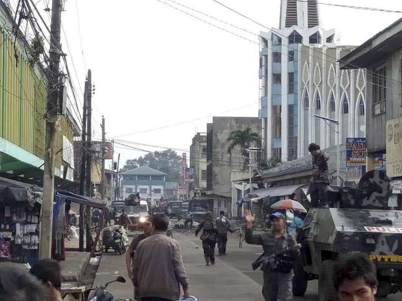 菲律賓南部蘇祿省霍洛島天主教聖母聖衣堂27日發生連環爆炸,武裝部隊封鎖通往該教堂的道路(美聯社)