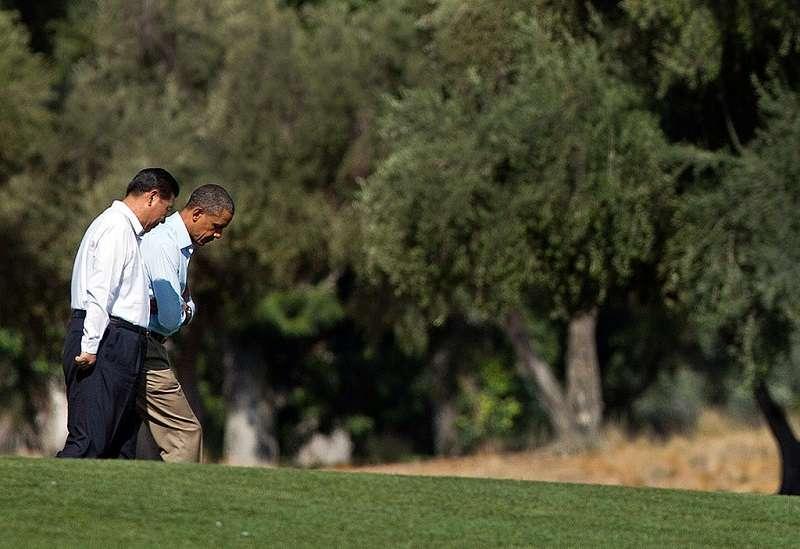 2013年,歐巴馬和習近平在莊散步。(美聯社)