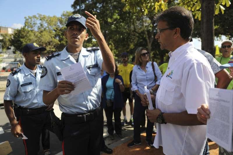 瓜伊多的支持者向士兵發送傳單,呼籲軍人轉投瓜伊多陣營。(美聯社)