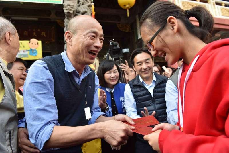1080128-高雄市長韓國瑜小港鳳儀宮發紅包。(高市府提供)
