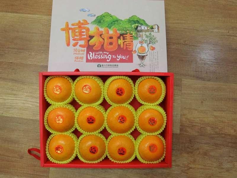 台中市出口香港,由東勢區農會生產的「博柑情」禮盒,內含6入或12入包裝的茂谷柑,外觀亮眼、品質整齊。  。(圖/王秀禾攝)