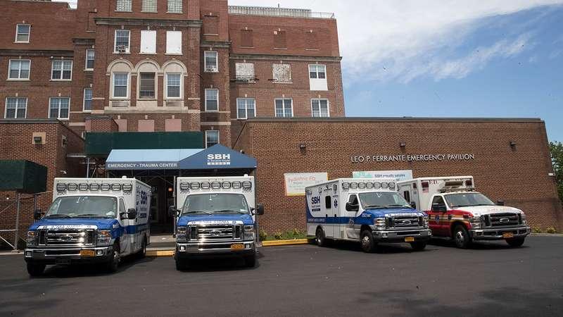美國紐約布朗克斯(Bronx)聖巴拿巴醫院(St. Barnabas Hospital)發生烏龍事件,將同名同姓的患者認錯,甚至拔管。(AP)