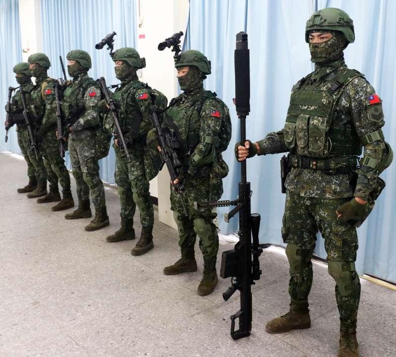 20190129-特戰6人小組中的狙擊手,若是配備M107系列的重型狙擊槍(右),能夠對敵重要物資、車輛進行破壞。(蘇仲泓攝)