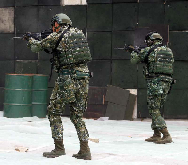 20190129-在城鎮環境下作戰,應用射擊是最適當的射擊方式,考驗人員主、副武器交替使用的流暢度,更重要的是眼睛要持續盯著前方目標,不能離開。(蘇仲泓攝)