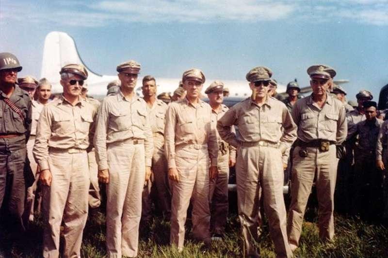 1945年8月30日麥克阿瑟(右二)飛抵厚木海軍飛行場(圖/維基百科)日本戰敗、投降、二戰