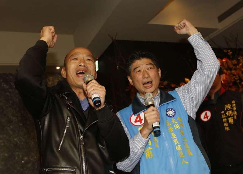 婉拒到造勢大會輔選,韓國瑜(左)改以快閃方式與陳炳甫(右)合體表達支持。(郭晉瑋攝)