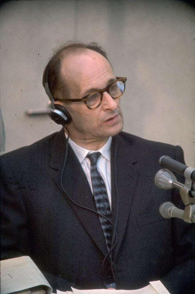 ssffffjjjjjj:納粹戰犯艾希曼(Adolf Eichmann)1961年受審畫面。(取自維基百科).jpg