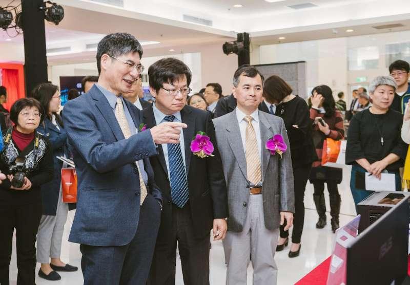 科技部長陳良基(左二)視察半導體中心內各項設備。(圖/國家實驗研究院提供)