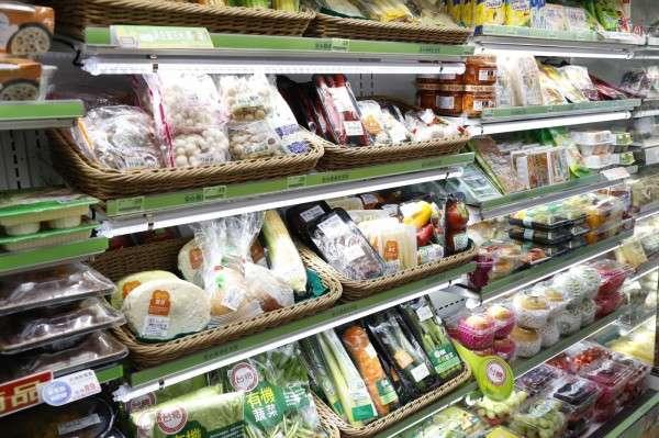全家近年陸續開了餐飲、生鮮、健康、金融、生活服務類型的複合店,其中又以生鮮超市類型的店鋪為大宗。(圖/侯俊偉攝)