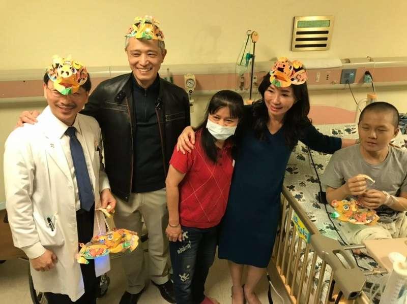 高雄長庚紀念醫院長王植熙(左2)、兒童內科部長陳志誠(左1)及市長夫人李佳芬(右2)陪同,一起關心在醫院的病童。(圖/徐炳文攝)